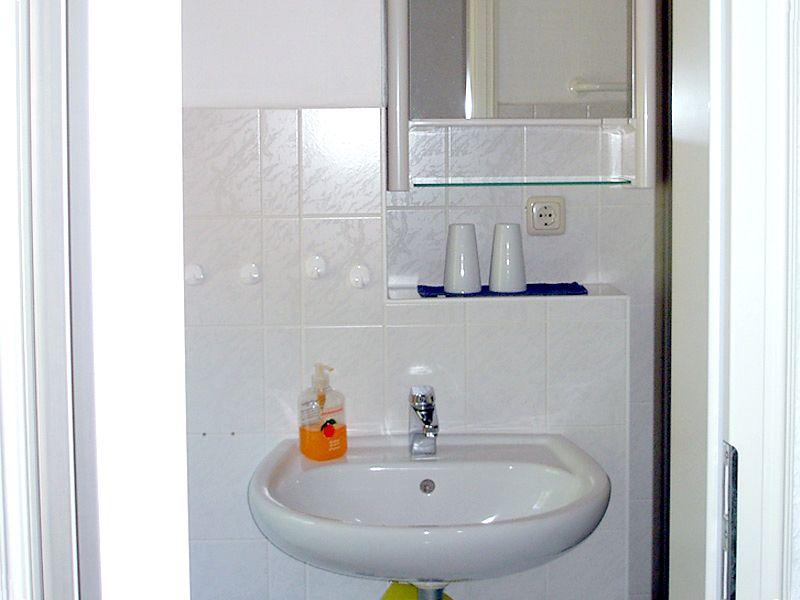 Bad der Ferienwohnung 4 - Landhaus Dittmann auf Hiddensee