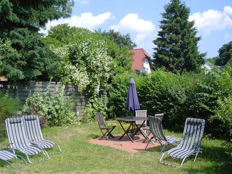 Sitz- und Liegemöglichkeiten im hauseigenen Garten - Landhaus Dittmann auf Hiddensee